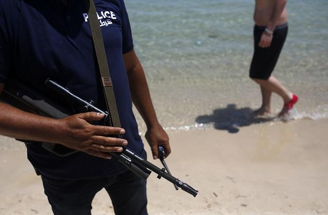Ozbrojený policajt hliadkuje na pláži hotela Imperial Marhaba v letovisku Súsa