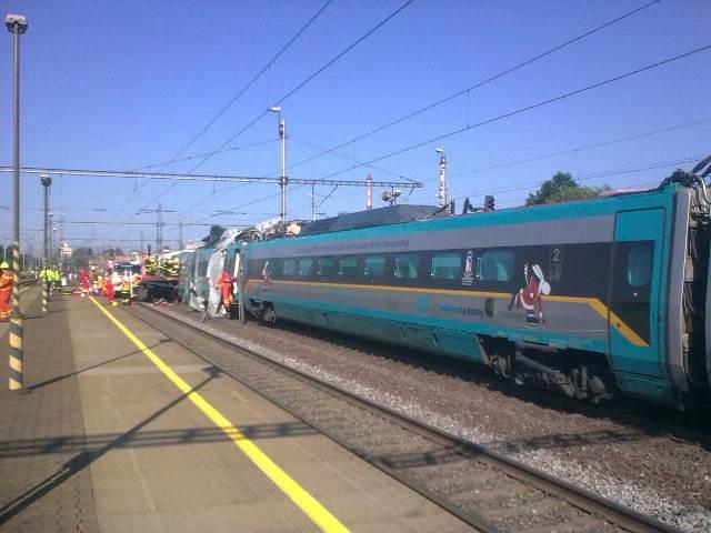 Na snímke zrážka vlaku Pendolino a nákladného automobilu pri meste Studénka v Moravskosliezskom kraji, okres Nový Jičín