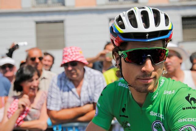 Na snímke slovenský cyklista Peter Sagan (Tinkoff-Saxo) v zelenom drese lídra bodovacej súťaže (vľavo) pred štartom desiatej etapy