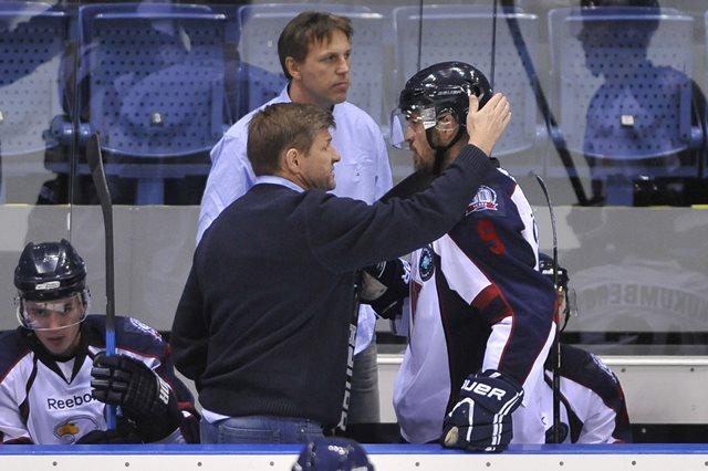 Na snímke vľavo v popredí tréner Slovana Rostislav Čada chváli Petra Ölveckého