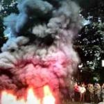 Na snímke dym stúpa z horiacich pneumatik