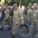 Na snímke demonštranti nesú pneumatiky