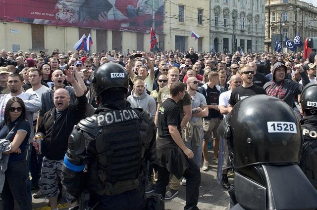 Na snímke protestujúci STOP islamizácii Európy