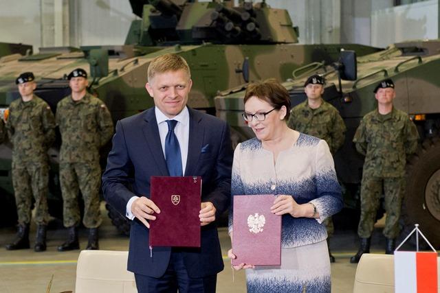 Na snímke predseda vlády SR Robert Fico (vľavo) a poľská predsedníčka vlády Ewa Kopaczowa (vpravo) po podpise dohody o obrannej spolupráci medzi obomi krajinami v poľskom meste Siemianowice