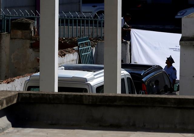 Na snímke pohrebné auta odchádzajú z miestnej márnice v Tunise