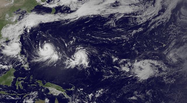 Na satelitnej snímke je znázornené prúdenie troch tropických búrok zľava v Tichom oceáne tropickej búrky Linfa, v Juhočínskom mori tajfúnu Chan-Hom  a vo Východočínskom mori tajfúnu Nangka