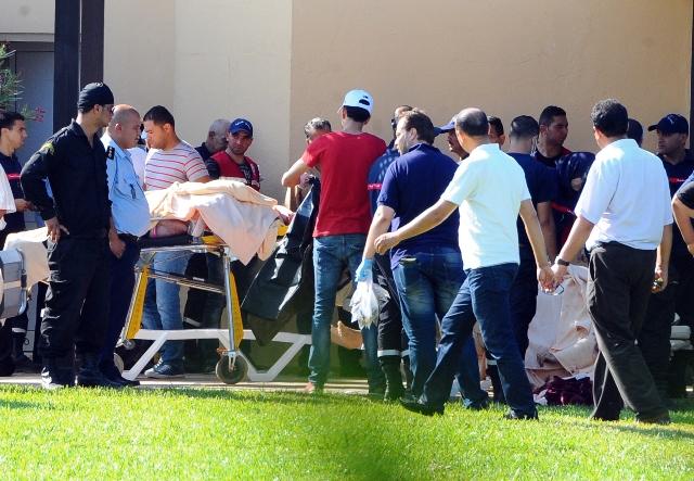 Na snímke ošetrovanie zranených ľudí po teroristickom útoku blízko pláže pri hoteli Imperial Marhaba neďaleko tuniského mesta Súsa