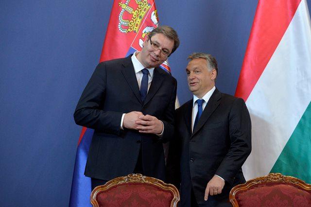 Na snímke srbský premiér Aleksandar Vučič (vľavo) a maďarský premiér Viktor Orbán