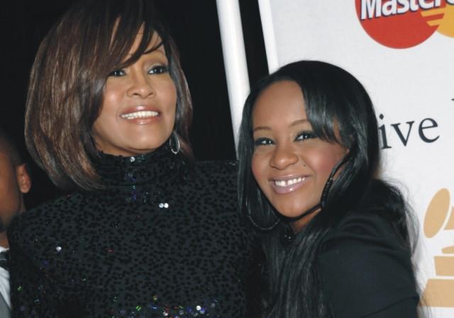 Na archívnej snímke z 12. februára 2011 americká speváčka Whitney Houston (vľavo) a jej dcéra Bobbi Kristina Brownová