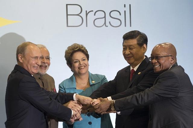 Na snímke lídri krajín hospodárskeho zoskupenia rozvíjajúcich sa ekonomík, známeho pod skratkou BRICS (Brazília, Rusko, India, Čína a Juhoafrická republika), zľava ruský prezident Vladimir Putin, indický premiér Naréndra Módí,  brazílska prezidentka Dilma Rousseffová, čínsky prezident Si Ťin-pching a juhoafrický prezident Jacob Zuma
