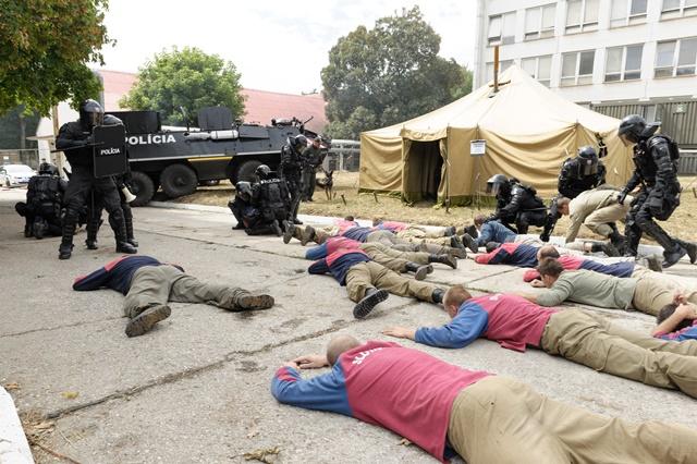 Na snímke zásah policajných zložiek po nepokojoch v utečeneckom tábore