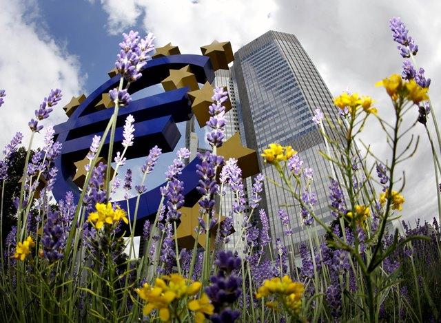 Na snímke symbol eura pred starým sídlom Európskej centrálnej banky vo Frankfurte nad Mohanom