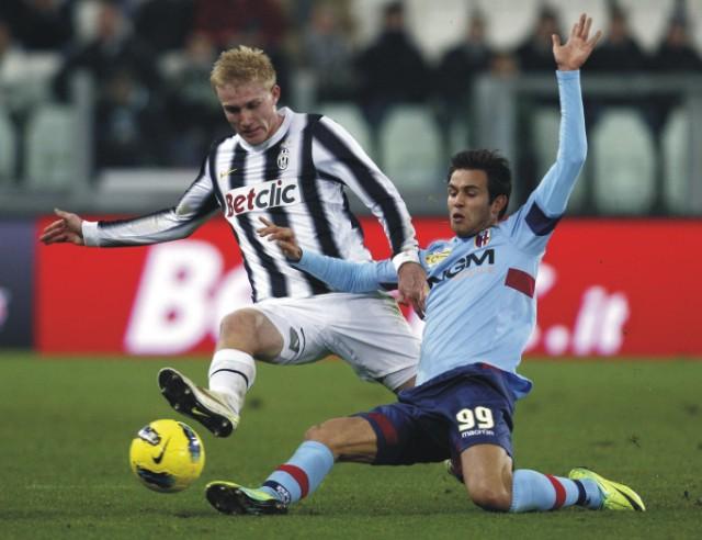 Dánsky obranca Juventusu Turín Fredrik Sorensen (vľavo) a Robert Acquafresca z Bologne