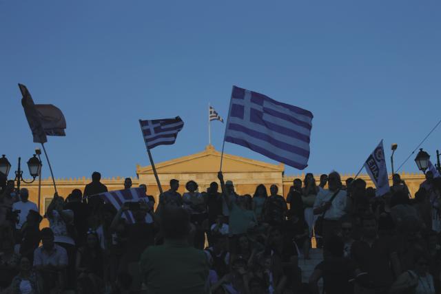 """Na snímke stúpenci tábora """"nie"""", ktorý odmieta návrh medzinárodných veriteľov, mávajú gréckymi zástavami po skončení referenda na námestí Syntagma v Aténach"""