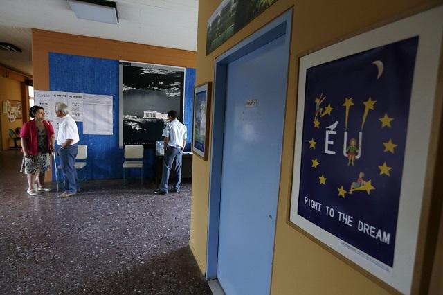 Na snímke volebná miestnosť v Aténach