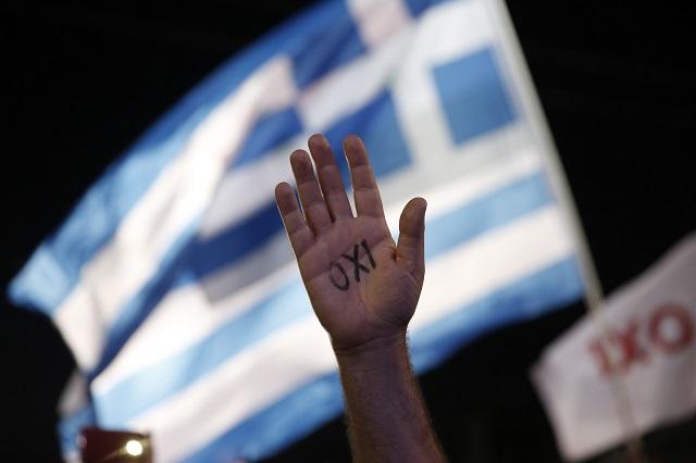 Grécky demonštrant s nápisom na ruke Nie