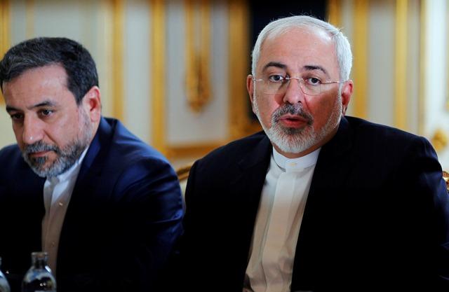 Na snímke iránsky minister zahraničných vecí Mohammad Džavád Zaríf (vpravo) počas rokovania o finálnej dohode o jadrovom programe Iránu