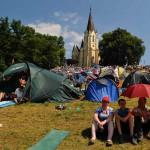 Na snímke pohľad na stany a pútnikov na Mariánskej hore