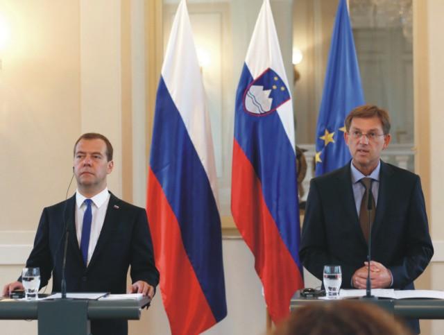 Ruský premiér Dmitrij Medvedev (vľavo) a slovinský premiér Miro Cerar počas stretnutia v Ľubľane