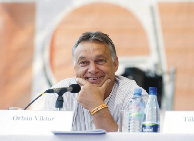 Maďarský premiér Viktor Orbán sa usmieva pred svojím prejavom k študentom v kempe rumunskej letnej univerzity Balvanyos v rumunskom meste Baile Tusnad 25. júla 2015.  Orbán vyhlásil, že zábrany na potlačenie ilegálnej migračnej vlny na juhu Maďarska budú hotové do 31. augusta. V tomto roku ilegálne vstúpilo na územie Maďarska už vyše 86.000 ľudí, z nich 99 percent zo srbského územia