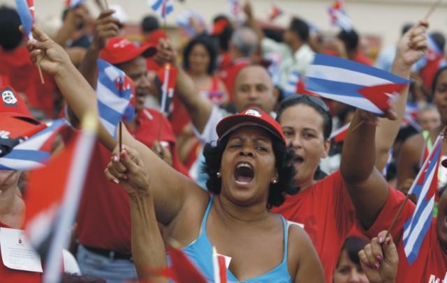 Na archívnej snímke oslavujúci Kubánci, pre ktorých dnešný deň je veľkým dňom