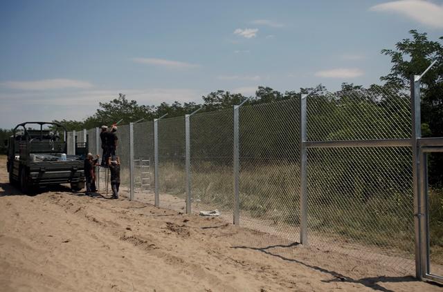 Na snímke príslušníci maďarských obranných síl počas výstavby dočasných zábran na maďarsko-srbských hraniciach pri juhomaďarskej obci Mórahalom