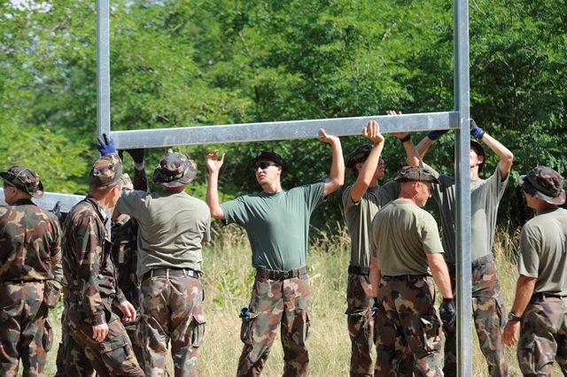 Na snímke príslušníci maďarských obranných síl začínajú s výstavbou dočasných zábran na maďarsko-srbských hraniciach