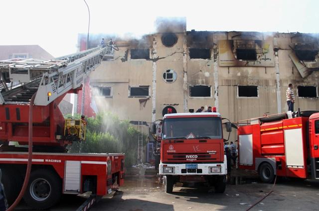 Na snímke hasiči hasia požiar v nábytkárskom závode v priemyselnom meste Úbúr, ktoré sa nachádza východne od metropoly Káhira