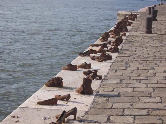 Topánky pozd塞 brehu Dunaja v Budapešti. Pamätník je venovaný pamiatke zastrelených Židov na brehu rieky Dunaj. Ľudia boli zoradený vedľa seba, boli donútený vyzuť si topánky, pričom boli zviazaný reťazami. Fašisti potom urobili jediný výstrel. Prvý mŕtvy človek padal do vody a ťahal ostaných so sebou ku dnu. Takýmto rituálom nacisti šetrili náboje na Židoch.Toápnky následne ponúkali na predaj. Nachádza sa tu celkom 60 párou obuvi. Môžte tu vidieť mužskú, ženskú ale aj detskú obuv. Nie je možné odhadnúť koľko takto zastrelili ľudí. Priemerne sa predpokladá, že takto o život pripravili asi 10 tisíc Židov....