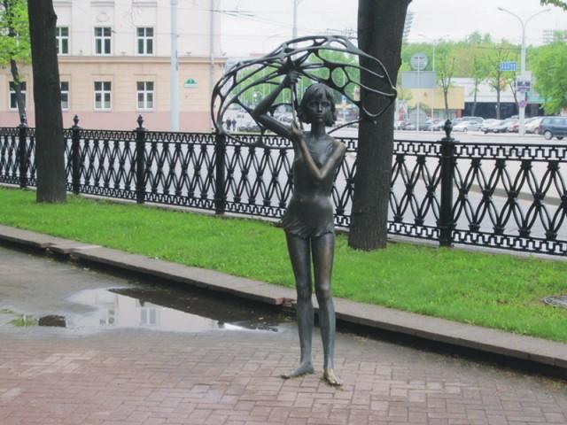 Dievča s dážnikom v Bieloruskom Minsku. Krásne dievča s deravým dážnikom. Socha pripomína tragédiu ktorá sa stala 30. mája v hlavnom meste Bieloruska. V tento deň umrelo 53 maldých chlapcov a dievčat. Počas osláv posledného zvonenia prišiel veľmi prudký dážď a ľudia sa začali v návale schovávať do podzemného podchodu. Pritom úplne zbytočne udupali na smrť 40 mladých dievčat a len 3 osoby z 53 mŕtvych malo do 30 rokov