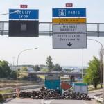 Na snímke  francúzski poľnohospodári blokujú diaľnicu vedúcu z Paríža do Lyonu v Limoneste pri Lyone