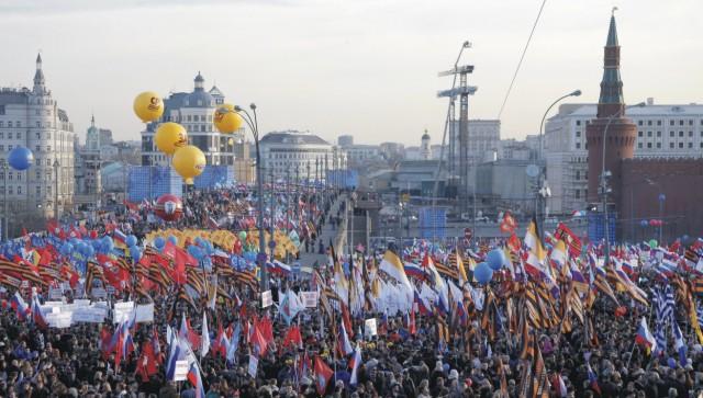 Na archívnej snímke  zhromaždenie pri príležitosti prvého výročia referenda, na základe ktorého sa ukrajinský polostrov Krym stal súčasťou Ruskej federácie v centre Moskvy na Červenom námestí