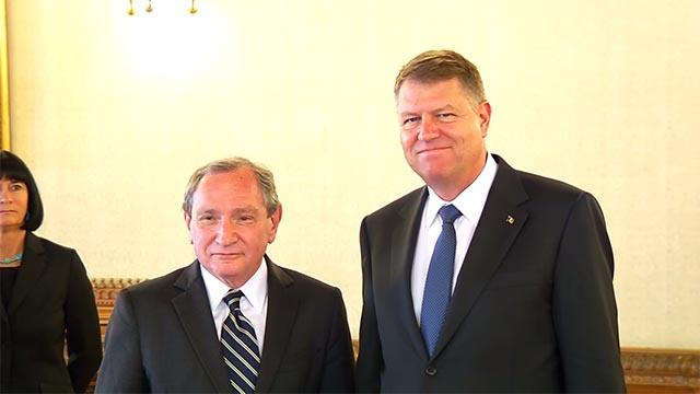 Na snímke šéf Stratforu George Friedman (vľavo) s rumunským prezidentom Klausom-Wernerom Johanisom (vpravo).