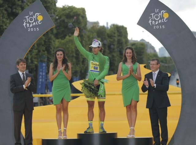 Slovenský cyklista  Peter Sagan v zelenom tričku pre najlepšieho špurtéra pózuje na pódiu na konci záverečnej 21. etapy prestížnych cyklistických pretekov Tour de France na trati zo Sevresu do Paríža, dlhej 109.5 km 26. júla 2015
