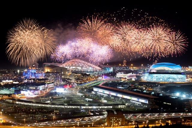 Na snímke ohňostroj exploduje nad Olympijským parkom na konci záverečného ceremoniálu XXII. zimných olympijských hier v Soči