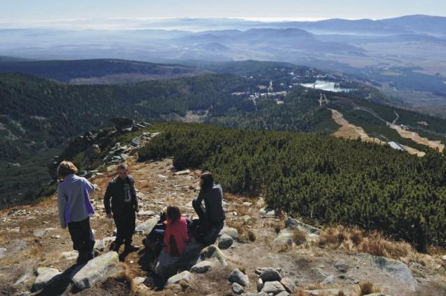 Na snímke turisti obdivujú výhľad na Štrbské pleso a Podtatranskú kotlinu z vrcholu Predného Soliska (2 093 metrov nad morom) vo Vysokých Tatrách