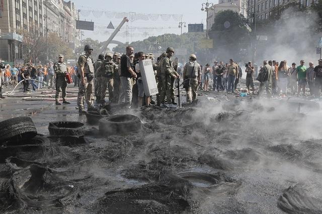 Ilustračné foto - Na snímke zbytky horiacich pneumatík po zrážkach aktivistov so špeciálnym policajným oddielom Kyjev-1 na Námestí nezávislosti (Majdan) v Kyjeve