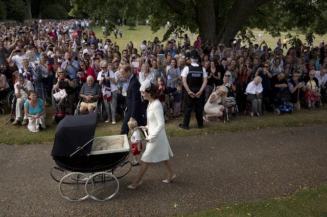 Na snímke davy fanúšikov vítali britského princa Williama s manželkou Kate a ich deťmi, malým princom Georgeom a deväťtýždňovou princeznou Charlotte v historickom kočíku pred kostolom sv. Márie Magdalény v Sandringhame