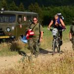 Na snímke príslušníci armády kráčajú k miestu pádu  vojenského vrtuľníka