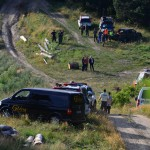 Na snímke policajti vyšetrujú na mieste havarovaného vojenského vrtuľníka
