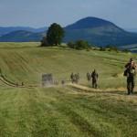 Na snímke vojaci kráčajú k miestu pádu  vojenského vrtuľníka