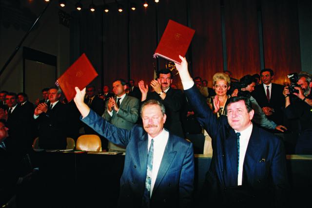 V piatok 17.júla 1992 prijala Slovenská národná rada Deklaráciu o zvrchovanosti Slovenskej republiky. Predseda SNR Ivan Gašparovič a premiér Vladimír Mečiar tento dokument následne podpísali a na záver poslanci zaspievali slovenskú hymnu