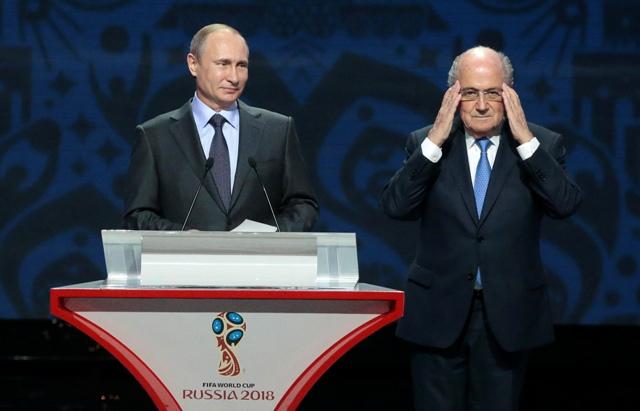 Na snímke prezident Medzinárodnej futbalovej federácie (FIFA) Sepp Blatter (vpravo) a prejav ruského prezidenta Vladimira Putina počas žrebu kvalifikácie MS 2018 v Petrohrade