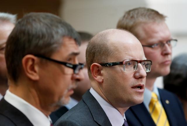 Na snímke predseda ČSSD Bohuslav Sobotka (uprostred), predseda hnutia ANO Andrej Babiš (vľavo) a predseda KDU-ČSL Pavel Bělobrádek (vpravo)