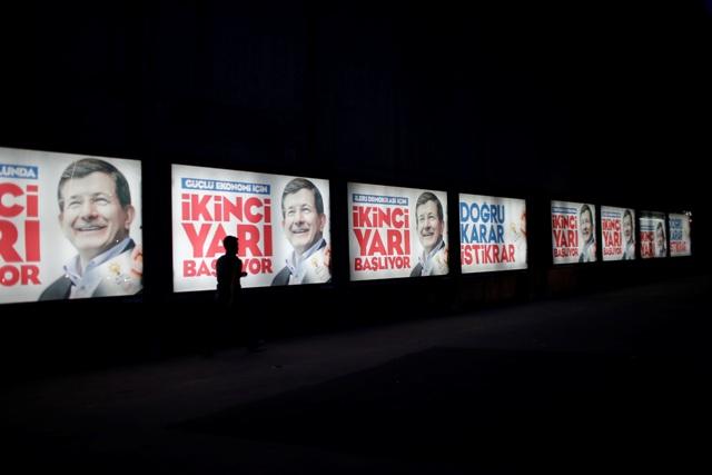 Na snímke predvolebné bilbordov s portrétmi tureckého premiéra a lídra tureckej vládnucej Strany spravodlivosti a rozvoja (AKP) Ahmeta Davutoglua