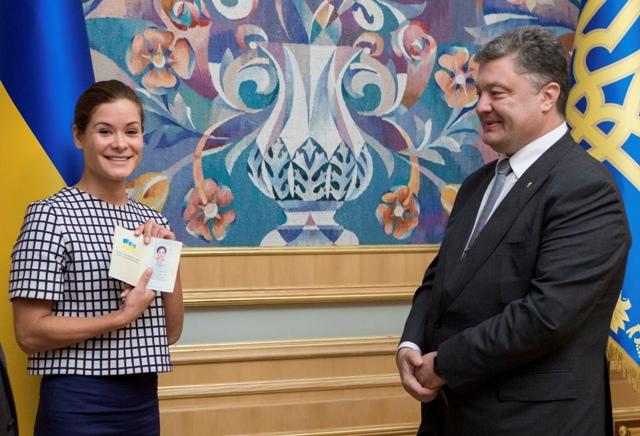 Na snímke Marija Gajdarová, dcéra prvého ruského postsovietskeho premiéra Jegora Gajdara, si prebrala ukrajinský pas od ukrajinského prezidenta Petra Porošenka