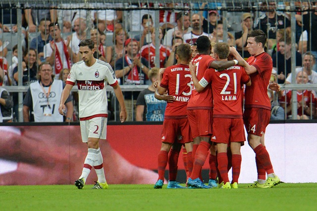 Na snímke hráči Bayernu sa tešia po strelení gólu v zápase FC Bayern Mníchov - AC Miláno na Audi Cupe v Mníchove