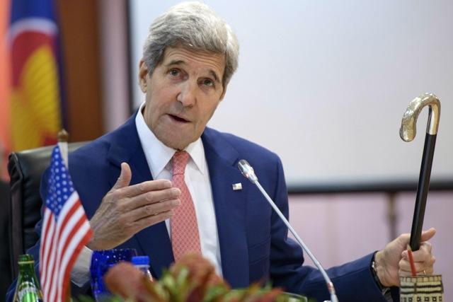 Na snímke americký minister zahraničných vecí John Kerry drží kennedyovskú paličku