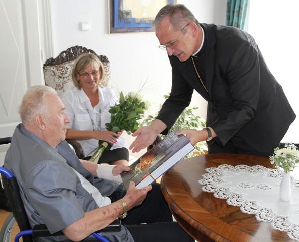 Na snímke bývalý slovenský prezident Michal Kováč (vľavo) a predseda Konferencie biskupov Slovenska arcibiskup Stanislav Zvolenský (vpravo) počas prijatia