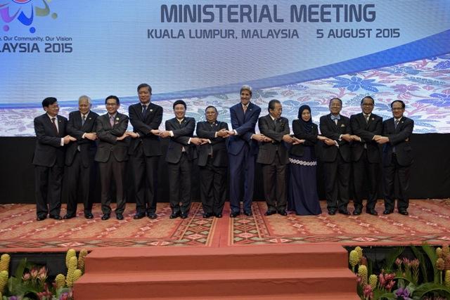 Na snímke americký minister zahraničných vecí John Kerry (uprostred vpravo) pózuje s ostatnými účastníkmi na stretnutí Združenia krajín juhovýchodnej Ázie (ASEAN)